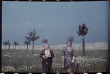 139 Vakantiefoto van de familie Boske in Racour, België. De zussen Mariette de Grave-Loze en Jeanne Boske-Loze.