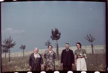 142 Vakantiefoto van de familie Boske in Racour, België. Mariëtte de Grave-Loze, Jeanne Boske-Loze, Georges de Grave en ...