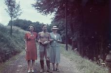 143 Vakantiefoto van de familie Boske in Racour, België. Jeanne Boske met haar zoon Karl Boske en dochter ...