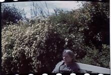 162 Vakantiefoto van mevrouw Boske sr. op een bank in een park.