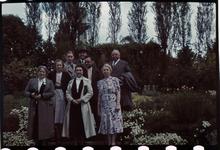 166 Familiefoto met leden van de familie Boske ter gelegenheid van een feestelijke gebeurtenis. In het midden Richard ...