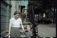 172 Familieleden of bekenden van de familie Boske en Maroushka, de hond van de familie, op de opgang naar het bedrijf ...