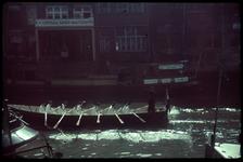 18 Scheepmakershaven. Op de voorgrond jonge mariniers in een roeisloep.