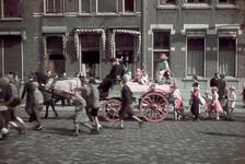 184 Verklede kinderen in optocht achter paard en wagen. Vermoedelijk tijdens de bevrijdingsfeesten.