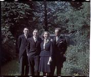 192 Familiefoto met leden van de familie Boske ter gelegenheid van een feestelijke gebeurtenis.