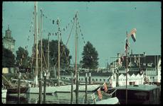 26 Veerhaven, Met rechts het sociëteitsgebouw van de Koninklijke Roei- en Zeilvereeniging de Maas. Links de toren van ...