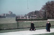 3 Sportveld en tennisbaan op Dijkzigt. Op de voorgrond de Melkkoplaan. Op de achtergrond het kantoorgebouw van Unilever.