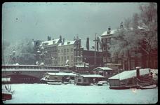 32 Wijnhaven met links de Regentessebrug in de sneeuw