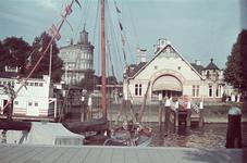 5 Sociëteitgebouw van de Koninklijke Roei- en Zeilvereeniging de Maas aan de Veerhaven. Op de achtergrond het gebouw ...