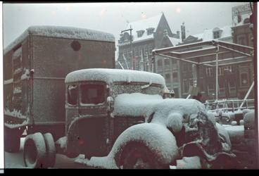 65 Vrachtwagen in de sneeuw op de Wijnhaven. Op de achtergrond de Grote Wijnbrug