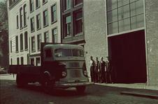 70 Vrachtwagen en werknemers voor het pand van metaalhandel Intermetaal aan de Bierstraat.