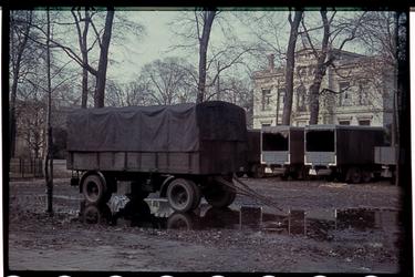 75 Vrachtwagens geparkeerd aan (vermoedelijk) de Parklaan