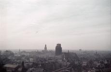 76 Luchtfoto vanuit het oosten. Op de voorgrond het spoorwegviaduct, daarachter de Laurenskerk en links daarvan de ...