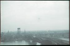 77 Luchtfoto vanuit het noorden. Op de voorgrond de spoorbrug en Maasbrug over de Nieuwe Maas. Verderop links spoorbrug ...