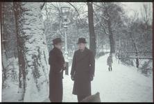 96 Karl Boske met hond Marouchka aan het wandelen in een besneeuwd bos of een park.