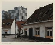 1354 Woningen in het Witte Dorp zijn vervallen en verlaten. Op de achtergrond de gebouwen aan het Marconiplein. Uit een ...