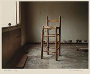 1359 Woningen in het Witte Dorp zijn vervallen en verlaten. Interieur met stoel. Uit een serie over de sloop van het ...
