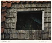 1362 Woningen in het Witte Dorp zijn vervallen en verlaten. Detail van dak met verwijderde dakpannen. Uit een serie ...