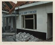 1363 Woningen in het Witte Dorp zijn vervallen en verlaten. Gevel met opschrift Witte Dorp forever. Uit een serie over ...