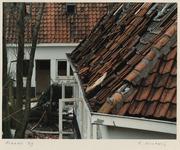 1369 Woningen in het Witte Dorp zijn vervallen en verlaten. Detail dak met verwijderde dakpannen. Uit een serie over de ...