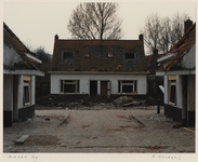 1370 Woningen in het Witte Dorp zijn vervallen en verlaten. Straatbeeld. Uit een serie over de sloop van het Witte Dorp.