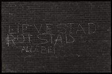 1978-3194 Opschrift op muur van de Pauluskerk aan de Mauritsweg: lieve stad rotstad allebei. Uit een serie foto's over ...