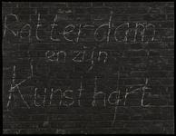 1978-3195-01 Opschrift op muur van de Pauluskerk aan de Mauritsweg: Rotterdam en zijn kunsthart. Uit een serie foto's ...