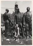 1987-820 Naakte man bij het monument voor alle gevallenen, publiek kijkt toe. Uit een serie van 10 foto's over de ...