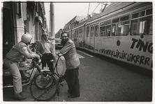 1989-4741 Drie mannen maken een praatje in de Zaagmolenstraat. Links de 1e Pijnackerstraat. Een tram rijdt voorbij. Uit ...