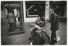 1989-4742 Straatbeeld voor café Faas op de hoek van de Zwaanshals en de Zaagmolenstraat. Links in beeld een ...