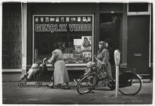 1989-4743 Noordplein met de café's Marietje, Noorderbrug, De Puinhoop en De Bulldog. Bij elk café hangt lichtreclame ...
