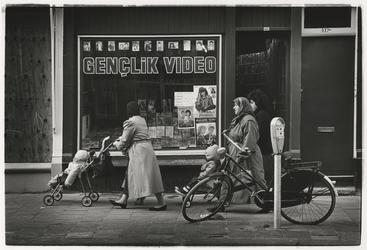 1989-4744 Videotheek Genclik Video aan de Zwaanshals. Uit een serie van 10 straatbeelden in het Oude Noorden.