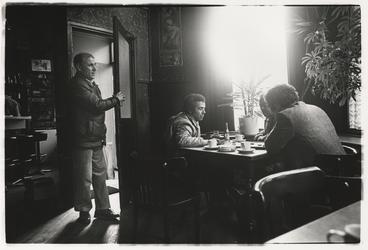 1989-4748 Vier mannen in café Faas aan de Zwaanshals. Uit een serie van 10 straatbeelden in het Oude Noorden.