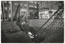 1989-4749 Meisje op een speelveld, hoek Vijlkapperstraat en Vletstraat. Uit een serie van 10 straatbeelden in het Oude ...