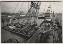 1992-3246 Loodsschoener wordt getakeld op een werf aan de Binnenhaven.