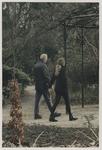 2000-170 Man en vrouw wandelen door het Arboretum Trompenburg. Uit een serie van 23 foto's over het Arboretum Trompenburg.
