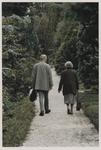 2000-171 Man en vrouw wandelen door het Arboretum Trompenburg. Uit een serie van 23 foto's over het Arboretum Trompenburg.
