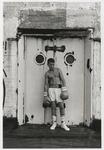 2002-1022 De jonge Marokkaanse bokser Charif Ghelali poseert tijdens filmopnamen voor het project Play op het dak van ...