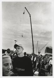 2002-1024 Jongeren tijdens de afterparty van de FFWD Heineken Dance Parade op de Müllerpier. Op de achtergrond iemand ...
