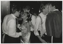 2002-1030 Studentikoze bezoekers van club Now & Wow aan de Lloydstraat.