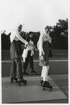 2002-1031 Drie jonge vrouwen, naar islamitisch voorschrift gekleed met hoofddoek, rolschaatsen langs de Schie.