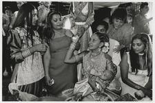 2002-1039 Een hindoestaans echtpaar tijdens het traditionele kaalscheren van het hoofd van hun baby, de zogeheten ...
