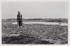 3 Man die aan parapente doet is net geland. Uit eens serie van 8 foto's over recreatie op de Maasvlakte.