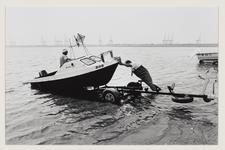 7 Twee sportvissers laten hun boot te water. Op de achtergrond kranen van de ECT terminal. Uit eens serie van 8 foto's ...