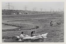 8 Twee mannen varen met een kano in het Oostvoornse Meer. Uit eens serie van 8 foto's over recreatie op de Maasvlakte.