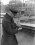2002-1553 Een ambtenaar van de Havendienst, vermoedelijk brugwachter, ter hoogte van de Nieuwe Leuvebrug.