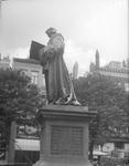 2002-1558 De Grotemarkt met het standbeeld van Erasmus.