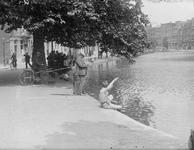 2002-1565 Vissende mannen en kinderen langs de Schiedamsesingel.