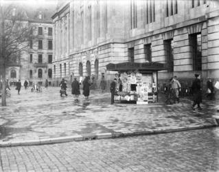 2002-1571 Het postkantoor met de hoofdingang aan de Coolsingel, op de voorgrond een kiosk nabij de hoek van de Meent.