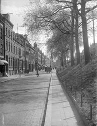 2002-1583 De Oostzeedijk-Beneden met op de achtergond de Sint-Lambertuskerk.